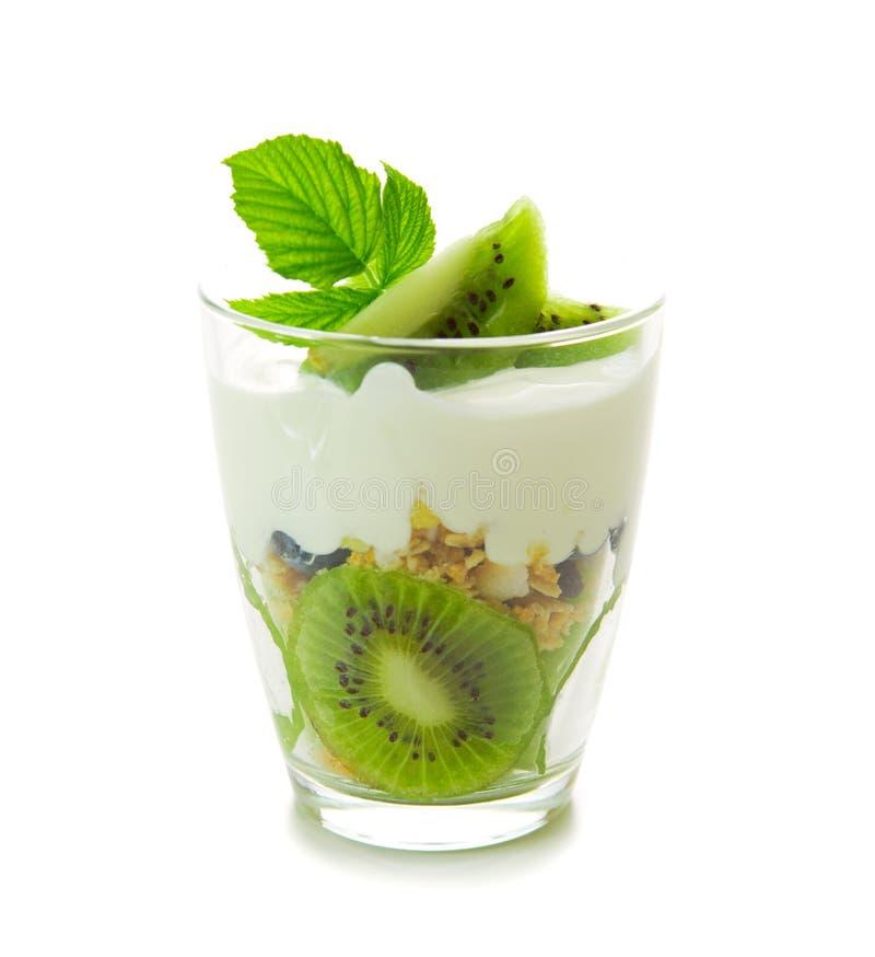 Yogur fresco con el kiwi aislado fotografía de archivo