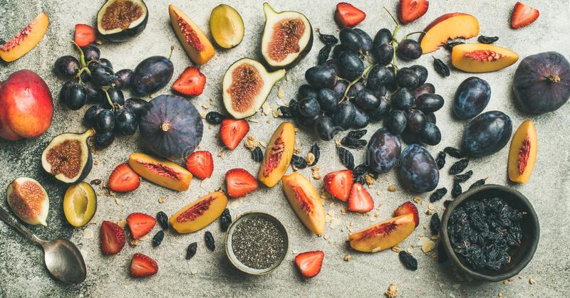 Yogur griego, fruta fresca y semillas del chia para el desayuno imagenes de archivo