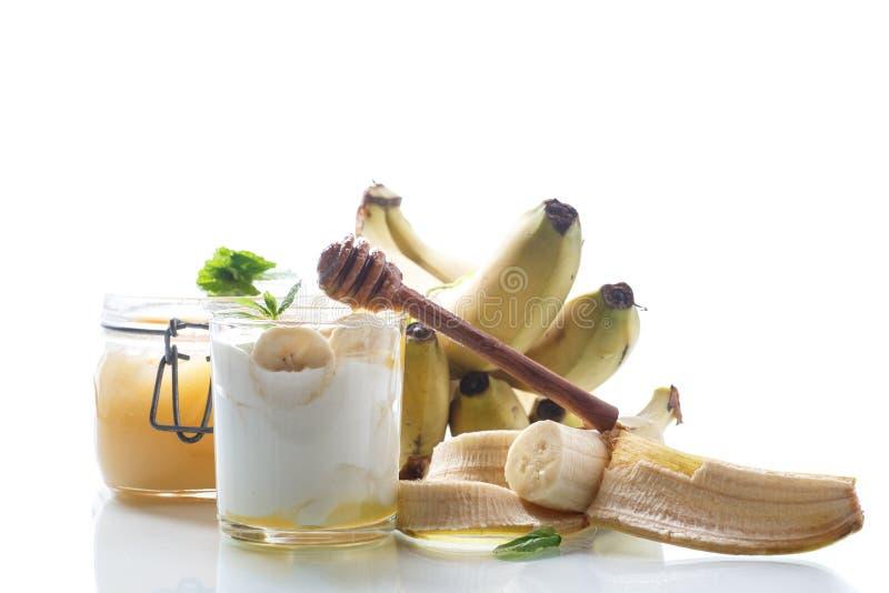 Yogur hecho en casa fresco con los plátanos y la miel imagenes de archivo