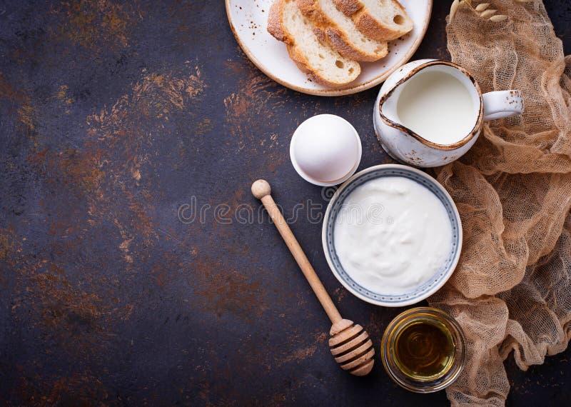Yogur, huevo hervido, leche y miel fotos de archivo libres de regalías