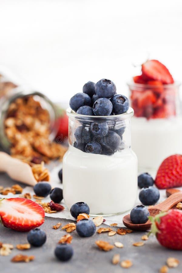 Yogur llano delicioso con el arándano y la fresa frescos en a foto de archivo libre de regalías