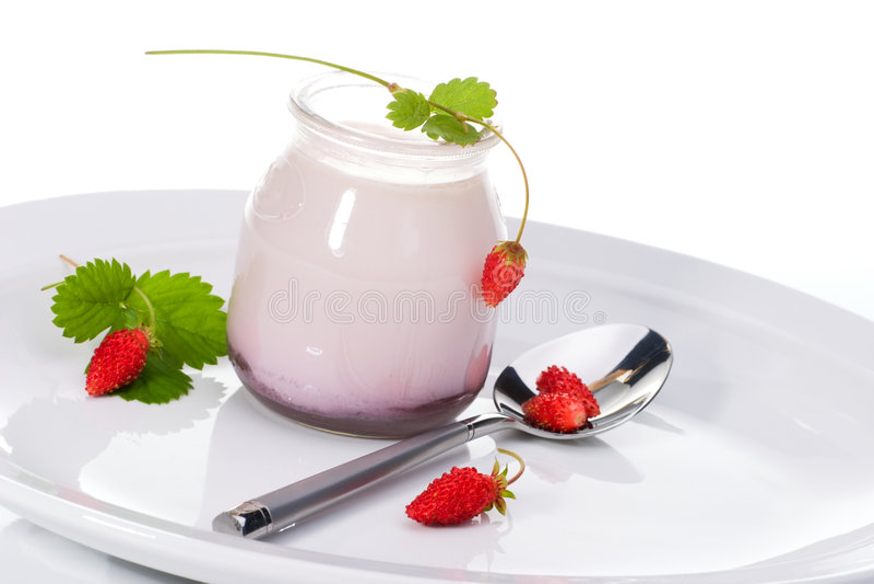 Yogur y fresas salvajes foto de archivo libre de regalías