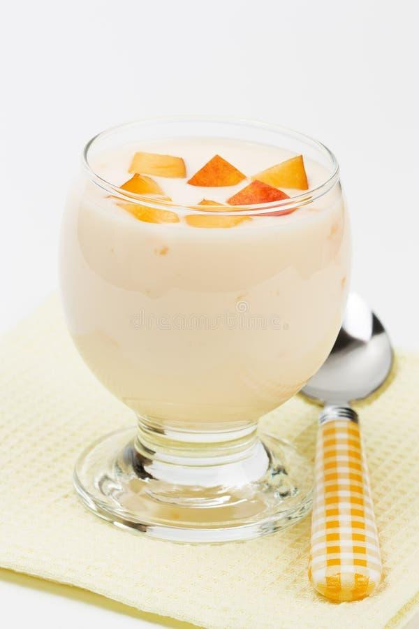 Yogurt com pêssego fotografia de stock