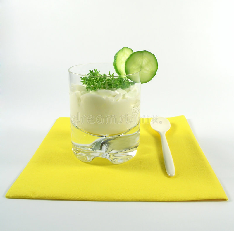 Yogurt com pepino e watercress foto de stock
