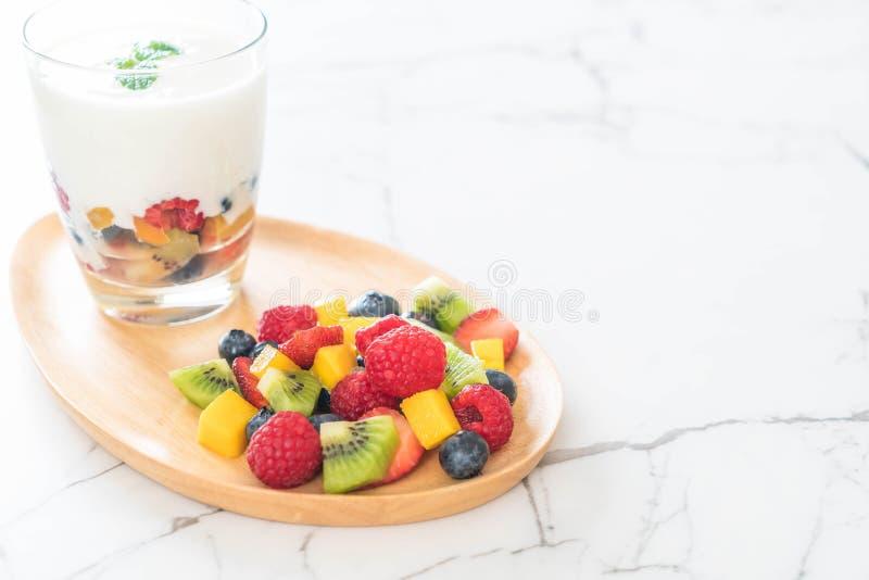 yogurt con frutta mista (fragola, mirtilli, lampone, kiw fotografia stock libera da diritti
