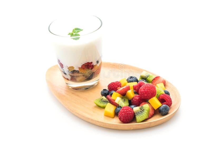 yogurt con frutta mista (fragola, mirtilli, lampone, kiw fotografia stock