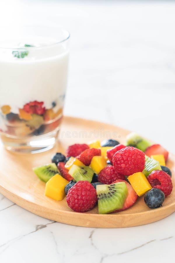 yogurt con frutta mista (fragola, mirtilli, lampone, kiwi, mango immagini stock libere da diritti