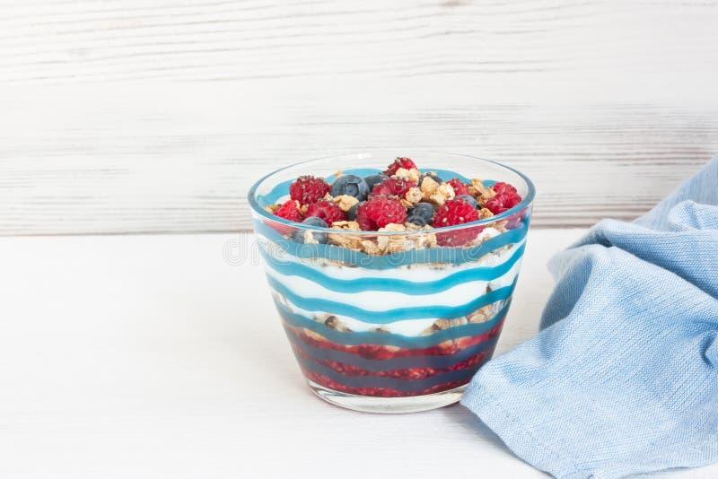 Yogurt con granola e le bacche fotografie stock libere da diritti