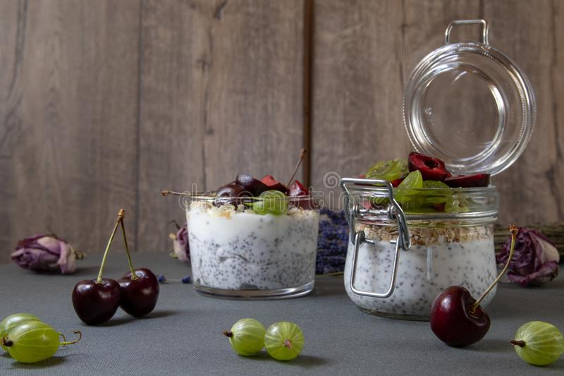 Yogurt con i semi un chia e bacche immagini stock