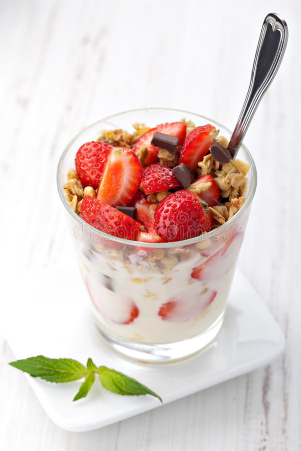 Yogurt con il muesli fotografia stock