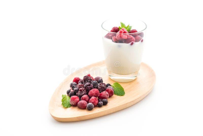 yogurt con le bacche miste fotografia stock