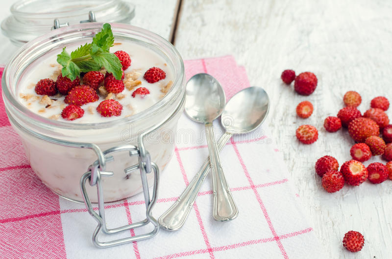 Yogurt con le fragole di bosco fotografia stock
