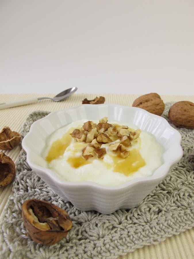Yogurt con miele e le noci immagini stock
