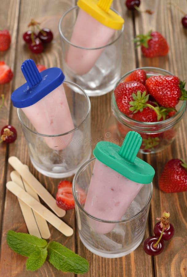 Yogurt congelado com morangos fotografia de stock royalty free