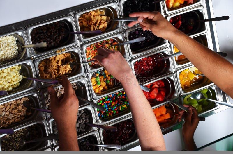 Yogurt congelato con le guarnizioni immagini stock libere da diritti