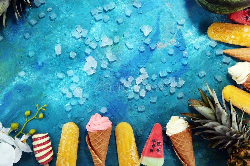 Download Yogurt Congelato Vaniglia O Gelato Molle Nel Cono Della Cialda Fotografia Stock - Immagine di cremoso, limone: 117978666