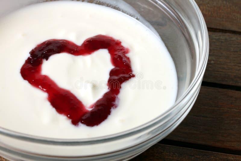 Yogurt de fruta dado forma coração 3 imagens de stock