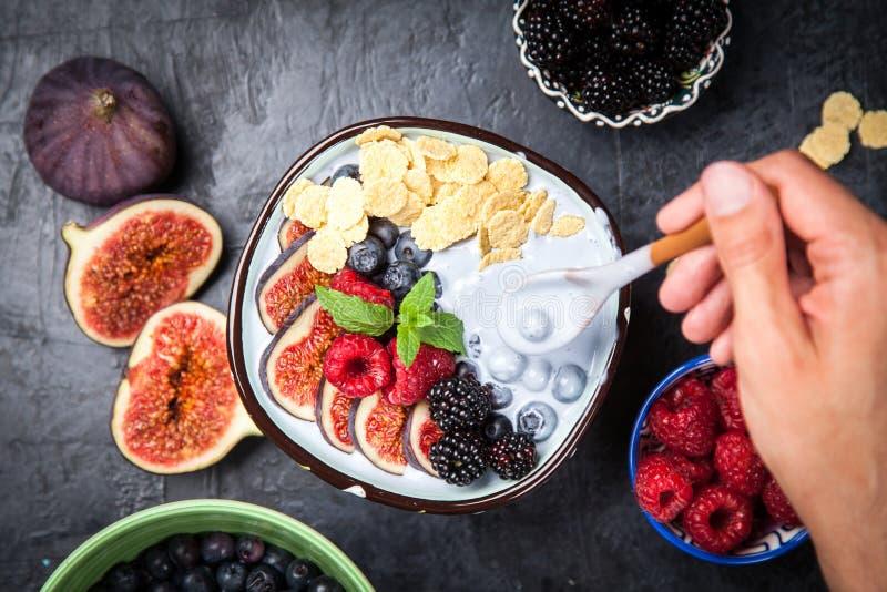 Yogurt delizioso del fico e del mirtillo immagine stock