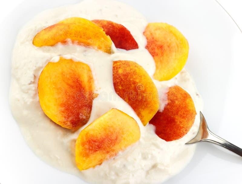 Yogurt della noce e del miele con la nettarina immagini stock libere da diritti