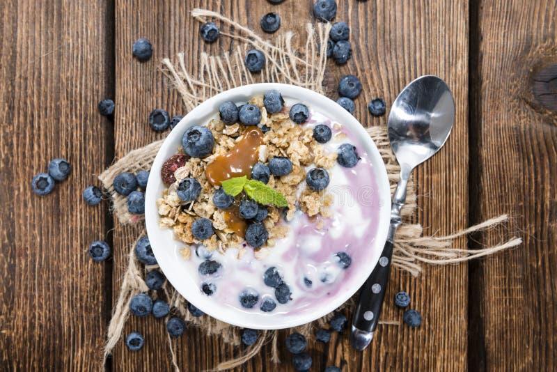 Yogurt di mirtillo con il percorso immagine stock