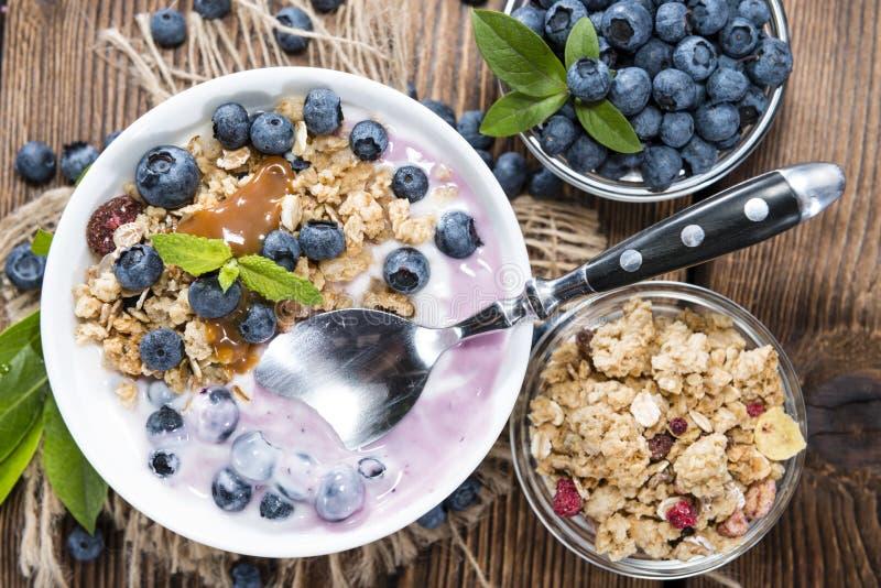 Yogurt di mirtillo con il percorso fotografia stock