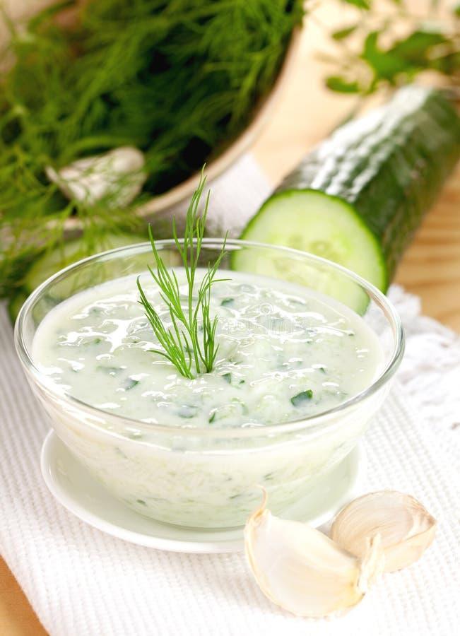 Yogurt fresco del cetriolo immagine stock