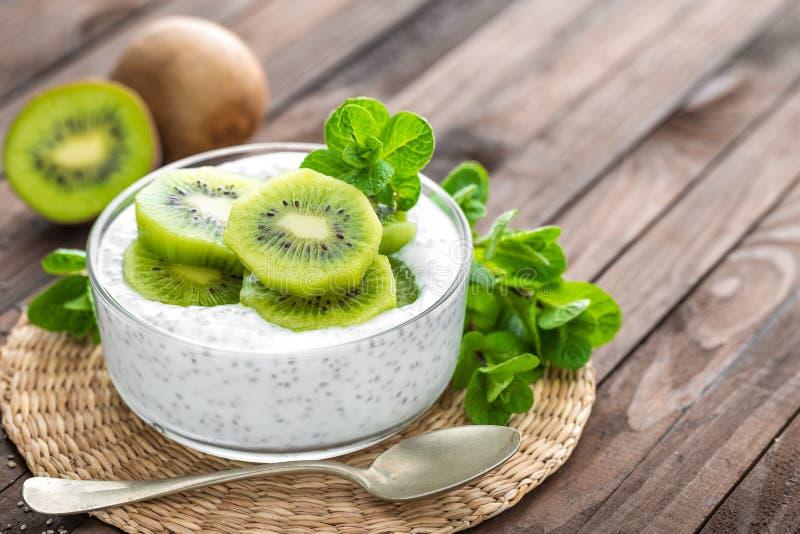 Yogurt fresco del kiwi con i frutti ed i semi di chia fotografia stock libera da diritti