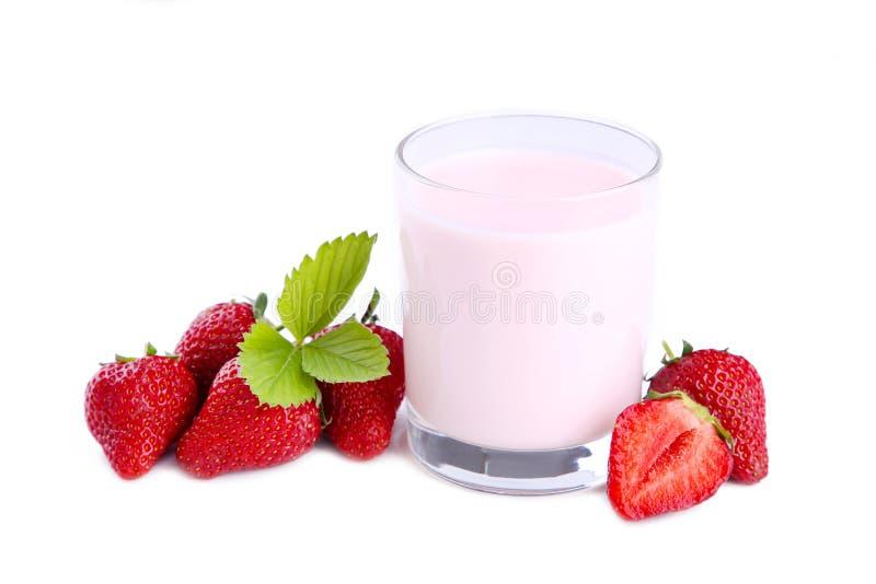 Yogurt fresco della fragola in un vetro isolato su un fondo bianco fotografie stock