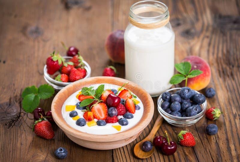 Yogurt fresco della prima colazione sana con le bacche fotografia stock