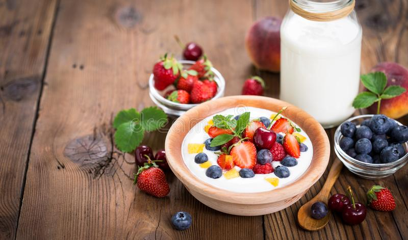 Yogurt fresco della prima colazione sana con le bacche immagine stock libera da diritti