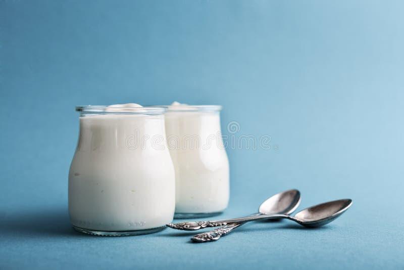 Yogurt greco in barattoli di vetro fotografia stock libera da diritti