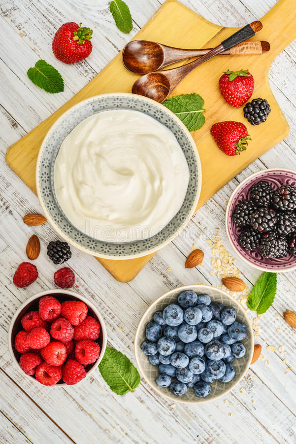 Yogurt greco in ciotola immagine stock