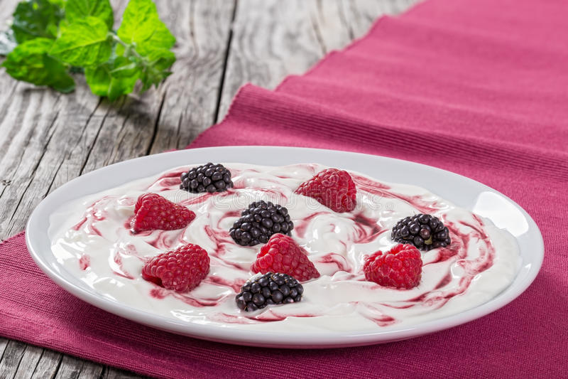 Yogurt greco misto con l'inceppamento della bacca, vista da sopra fotografia stock
