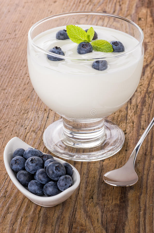 Yogurt natural cremoso com mirtilos imagens de stock