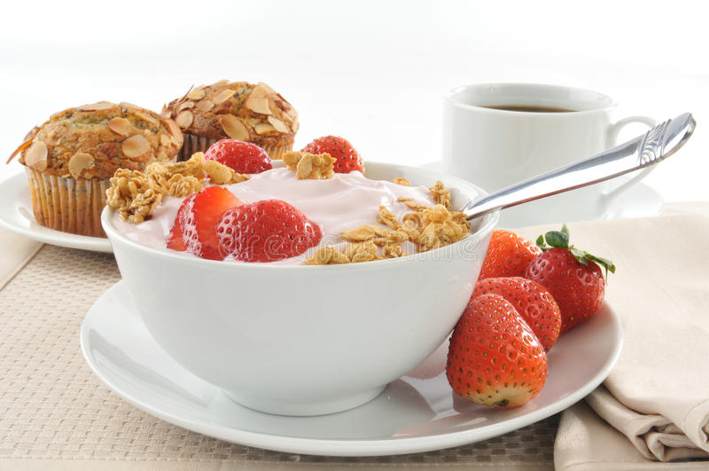 Yogurt orgânico da morango fotografia de stock royalty free