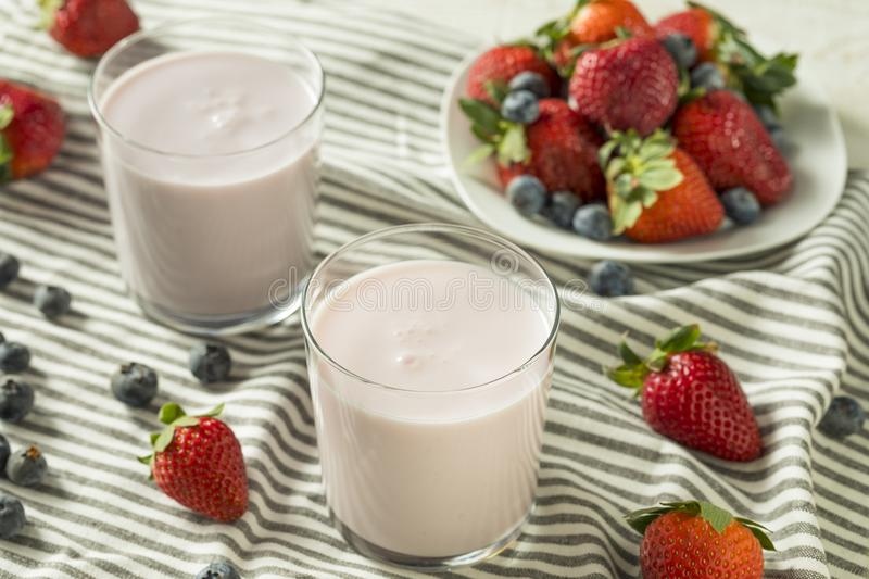 Yogurt potabile organico sano Berry Kefir fotografia stock
