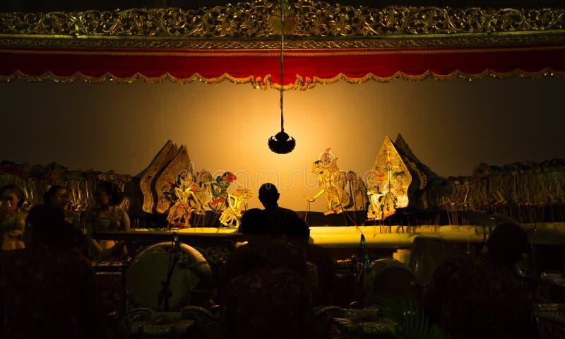 YOGYAKARTA, el 1 de mayo de 2018: Efectúe el funcionamiento del kulit del wayang, arte tradicional de Indonesia fotos de archivo libres de regalías
