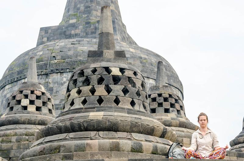 Yogyakarta, Indonésie - 20 mai 2016 - méditation et statue antique de prière de Bouddha au temple de Borobudur à Yogyakarta, Java photographie stock