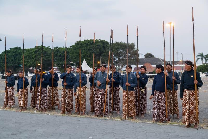 YOGYAKARTA, INDONEZJA - OKOŁO WRZESIEŃ 2015: Ceremonialni sułtanów strażnicy stoi z dzidami przed sułtanu pałac w sarongs ( fotografia stock