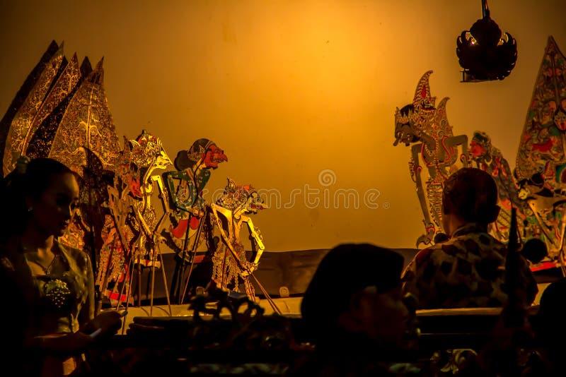 YOGYAKARTA, 1 Mei 2018: Dalang, de uitvoerder van wayang kulit, traditionele die de kunstvorm van de schaduwmarionet uit Indonesi royalty-vrije stock foto's
