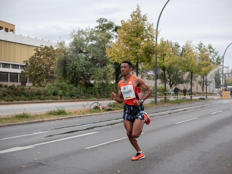 Yohanes Gebregergish Alla Maratona Di Berlino Del 2019 A Berlino, Germania fotografie stock