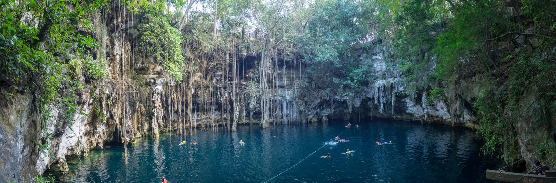Yokdzonot, Chichen Itza, Mexico, Zuid-Amerika: [Yokdzonot cenote, natuurlijke kuilsinkhole, het zwemmen en het ontspannen toerist royalty-vrije stock afbeelding