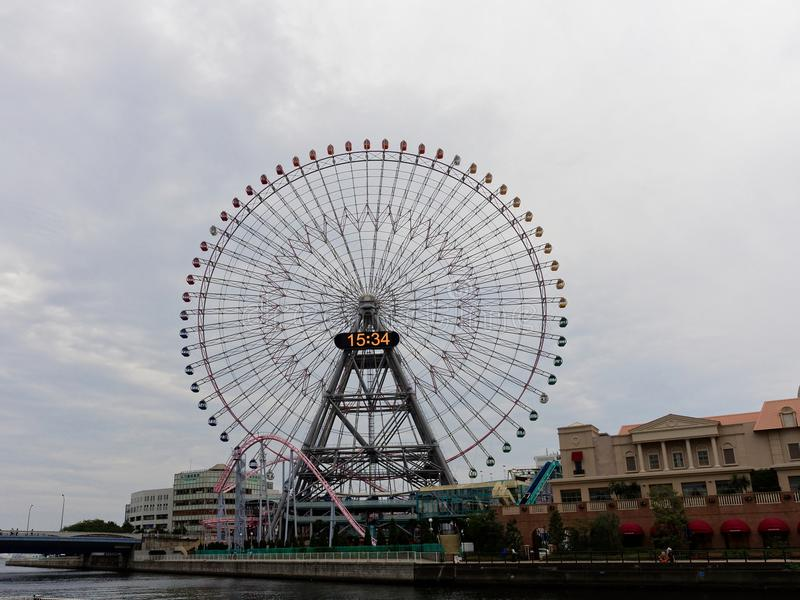 YOKOHAMA, JAPON - 27 SEPTEMBRE 2017 : Horloge 21, une grande roue géante de Cosmo au parc d'attractions du monde de Cosmo images stock