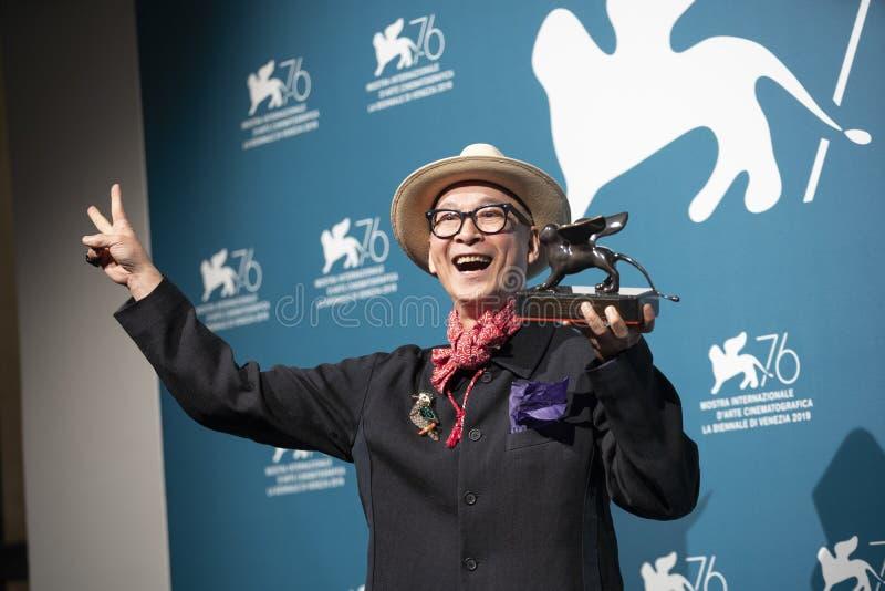 Yonfan pose avec le Prix du meilleur scénario photos libres de droits