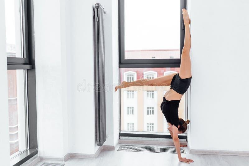 Yong coube a posição da mulher de cabeça para baixo durante o treinamento dos pilates fotografia de stock royalty free