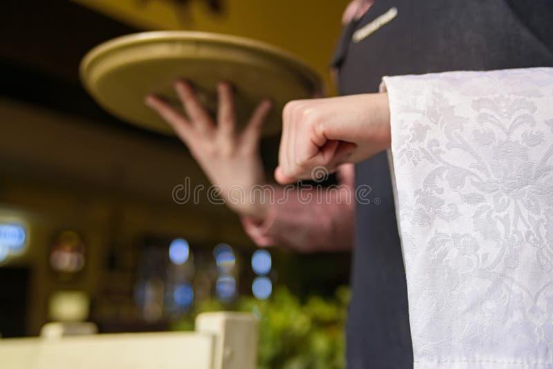 Yong kelner trzyma tacę i pieluchę obraz stock