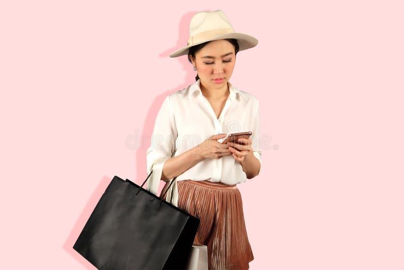 Yong kobieta patrzeje telefon fotografia royalty free