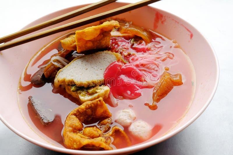 Yong tau foo - Azjatycki kluski w czerwonej polewce zdjęcia stock