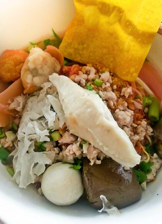 Yong Tau Foo: Tallarines del estilo del Tailandés-Hakka con con los fishballs y la salsa roja Tallarines tailandeses del estilo c imágenes de archivo libres de regalías