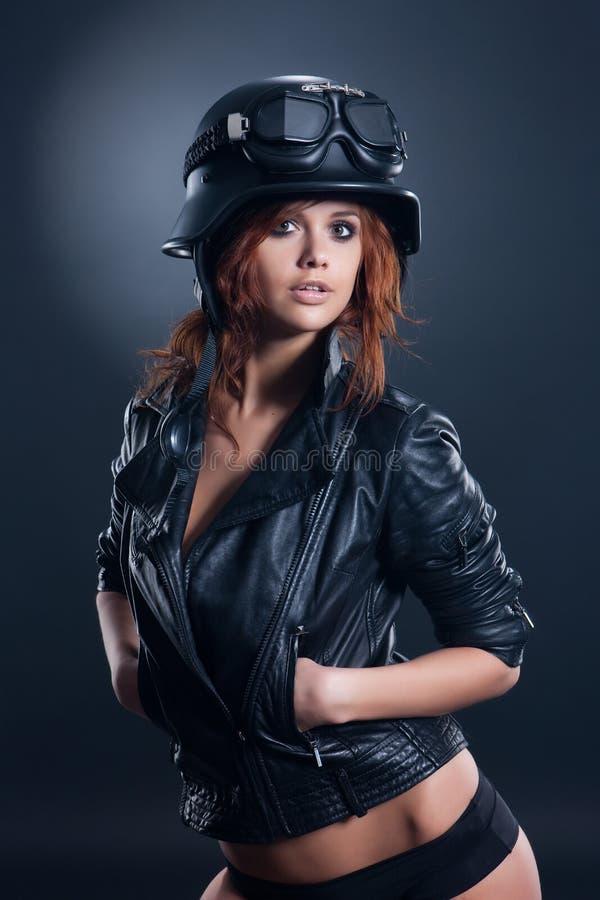 Yong Woman In Leathe Jacket et casque photo libre de droits